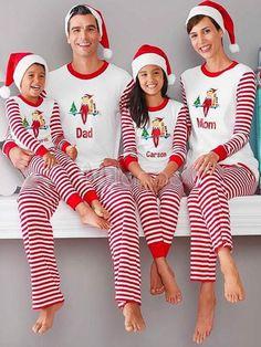 Pigiama mamma di famiglia con pantaloni bianchi e top pigiama a righe stampato