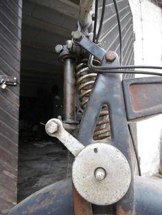 1935 NSU OSL 251 >  Einzylinder Viertaktmotor, ohv, 242 ccm, 10,5 PS, Höchstgeschwindigkeit 100 km/h, Bauzeit: 1933 bis 1952, Stückzahl: ca. 67.000 Die 250er OSL ist   eine Vorkriegskonstruktion, was man ihr schon optisch ansieht Sie wurde während ihrer 20-jährigen Bauzeit(!) nur in Details verändert.