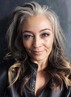 Grey White Hair, Long Gray Hair, Pretty Nose, Grey Hair Transformation, Mature Faces, Grey Hair Inspiration, Older Beauty, Cyndi Lauper, Mature Fashion