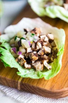 Easy Vegetarian Lettuce Wraps with Jerk Grilled Tofu - These lettuce wraps are piled with spicy-sweet and crispy grilled tofu and pineapple salsa. They're a quick and easy, healthy meal for Summer grilling or Meatless Monday! Vegetarian Lettuce Wraps, Beef Lettuce Wraps, Lettuce Wrap Recipes, Tofu Recipes, Super Healthy Recipes, Healthy Salad Recipes, Vegetarian Recipes, Vegan Dinners, Recipies