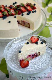 Mitä tulee, kun yhdistetään raikas marjapiirakka pehmeän ihanaan valkosuklaamousseen? No, valloittava kesäkakku tietysti! Tämä kakku ... Party Cakes, Cheesecakes, Pudding, Baking, Desserts, Recipes, Kitchens, Foods, Drinks