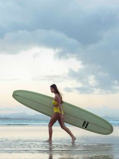 Surfing holidays is a surfing vlog with instructional surf videos, fails and big waves Offshore Wind, Skater Girl Outfits, Standup Paddle Board, Surfer Girl Style, Sup Surf, Learn To Surf, Big Waves, Surf Girls, Surfs Up