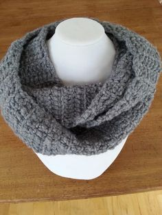 Here is an infinity scarf to wrap twice around your neck. The perfect and ideal scarf for any outfit, warm and comfortable! It's made with chuncky yarn in gray color. Valentine Day Gifts, Christmas Gifts, Aluminum Wire Jewelry, Making Scarves, Knitted Scarves, Fashion Mode, Knit Fashion, Gift Guide, Infinity