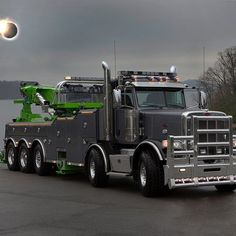 This is a Peterbilt Twin steer Rotator. A super heavy duty machine.I assume it's a wrecker of some sort. Rv Truck, Big Rig Trucks, Cool Trucks, Pickup Trucks, Truck Humor, Semi Trucks, Heavy Duty Trucks, Heavy Truck, Custom Big Rigs