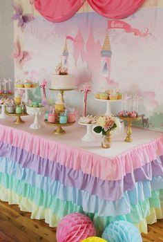 nappe de table de jardin à frou-frou colorée en rose, bleu, violet, vert et jaune