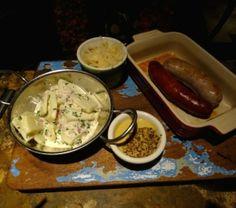 Apostando una vez más por la cocina artesanal, un buen plato que rescata la tradición… Salchichas hechas en casa  acompañadas con distintas mostazas y ensalada de papa alemana.