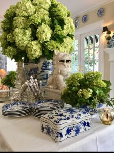 Blue and white chinoiserie vase and hydrangeas Enchanted Home, Boho Home, Chinoiserie Chic, Blue And White China, White Rooms, Ginger Jars, Decoration Table, White Decor, White Porcelain
