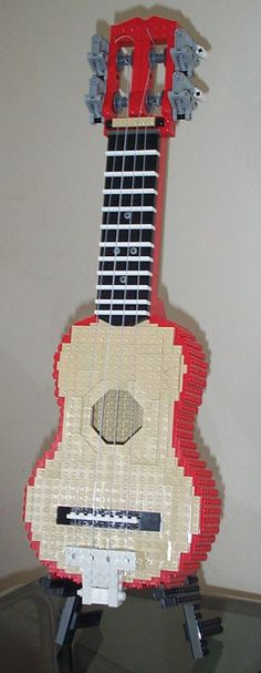 Ross Crawford built a playable and tunable ukelele out of LEGO bricks that actually works quite well. Lego Guitar, Lego Sculptures, Amazing Lego Creations, Lego Boards, Lego Toys, Lego Lego, Lego Design, Lego Projects, Lego Building