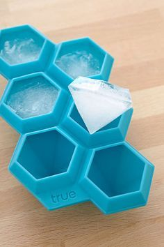 The Diamond Ice Cube Tray is a reusable silicone mold that creates ice cubes that look just like a girl's best friend. This 6 karat Diamond Ice Cube Tray speaks of a new kind of ice cubes you can use to beautify your drinks apart from chilling Ice Cube Trays, Ice Cubes, Ice Tray, Diamond Ice, Diamond Party, 3d Prints, Cool Inventions, Kitchen Accessories, Bar Accessories