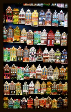 Shapes and Sizes quilt of Dutch canal houses - Jose GieskesQuilt of Dutch canal houses by Jose Gieskes - could do a paper collage to a similar effect.La notte a colori della citta 'verde, Sivia Logi .This would make an awesome quilt. Clay Houses, Ceramic Houses, Miniature Houses, Wood Houses, Fabric Houses, Paper Houses, Atelier Architecture, Patchwork Quilting, Little Houses