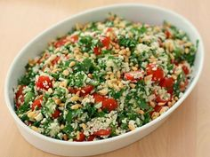 Tomato Salad with Grated Cauliflower. Tomato salad with grated cauliflower parsley and pine nuts. A very filling salad. Cauliflower is almost like rice or couscous. (in Danish) Healthy Salad Recipes, Raw Food Recipes, Veggie Recipes, Vegetarian Recipes, Food N, Food And Drink, Recipes From Heaven, Snack, Food Inspiration
