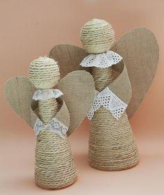 Hoy os traigo una idea para decorar estas Navidades: hacer ángeles con cuerda y arpillera ¿verdad que quedan bonitos?Pues son muy fáciles de hacer y los