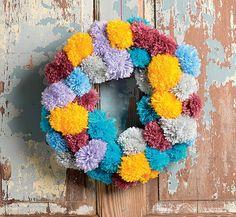 O círculo de pompons enche a entrada de cores (Decoração de Natal | Christmas decor) #natal #navidad #christmas