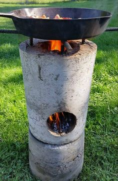 27 DIY Rocket Stove Plans to Cook Food or Heat Small Spaces - The Self-Sufficient Living Diy Rocket Stove, Rocket Mass Heater, Rocket Stoves, Rocket Stove Design, Outdoor Cooking Stove, Outdoor Stove, Outdoor Kocher, Concrete Projects, Diy Concrete