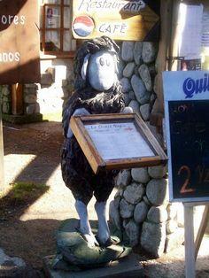 oveja de caricatura con carta de restaurant, villa la angostura