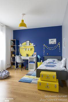 Création d'ambiance pour la chambre d'un garçon de 7 ans qui aime dessiner, le bleu et le jaune…