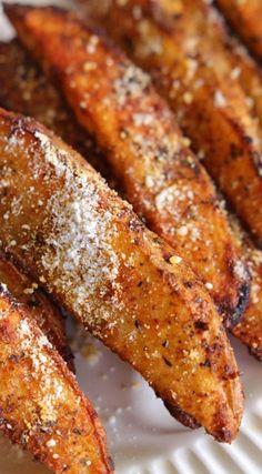 Baked Seasoned Parmesan Steak Fries. Veggie Recipes, Appetizer Recipes, Cooking Recipes, Appetizers, Potato Recipes, Skillet Recipes, Cooking Gadgets, Yummy Recipes, Gourmet