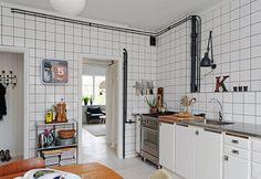 29 Ideas vintage kitchen decor above cabinets dining rooms for 2019 Retro Kitchen Decor, Kitchen Tiles, Kitchen Flooring, Interior Design Kitchen, New Kitchen, Kitchen Dining, Kitchen Cabinets, Swedish Kitchen, Funky Kitchen