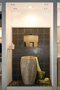 Vasker av marmor og fossilt tre er unike vasker med hver sin form, farge og dimensjon. Sammen med marmor på gulv og vegger skaper de en symbiose av organiske overflater og harmoni.