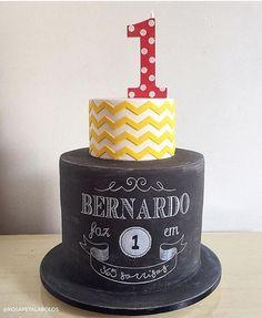 """""""Adorei esse bolo com chalkboard, muito lindo para comemorar o primeiro aniversário! """"365 sorrisos"""". Por @rosapetalabolos ❤️ #kikidsparty"""""""