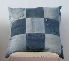 Recycled jeans pillow (projects, crafts, DIY, do it yourself, interior design… Diy Jeans, Jean Crafts, Denim Crafts, Sewing Pillows, Diy Pillows, Cushions, Jean Diy, Denim Decor, Memory Pillows