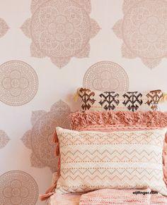 Behangcollectie Lounge van Eijffinger. Neem met Lounge een koffer vol met dromen mee naar huis. Inspiratie uit alle windstreken, vertaald in luxe dessins. Delicate poëzie met een krachtig contrast. Dromerige bloemen van glasparels, een glanzend mandela motief, verfijnde druppels in een prachtig materiaalcontrast. #behang  #wallpaper #interior #interieur #wonen #inspiratie