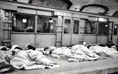 Personas refugiándose en el metro.  (Alfonso) De Madrid al cielo: Álbum de fotografías y documentos históricos. - Urbanity.cc