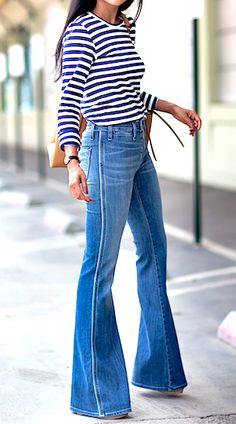 It's officially, flared jeans are back in style. This time I want to share with you stunning outfit ideas on how to wear flare jeans. Style Désinvolte Chic, Style Casual, Mode Style, Style Me, 70s Style, Retro Style, Style Icons, 70s Fashion, Denim Fashion