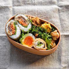 quiestla7 on Instagram pinned by myThings Today's bento for myself ・ 焼肉おにぎらずでおはようございます。 何だかごちゃっとしちゃいました(-_-) アスパラチーズ肉巻きフライ 圧力鍋ゆで玉子 ブロッコリー人参カレー ごぼうの梅きんぴら かぼちゃサラダ 竹輪 ・ 昨日の @shimada_sachiko さんのお弁当を見て久々のおにぎらず。 @rei_yo さんのお弁当を見て竹輪を三つ編みして甘辛く焼きました。みなさんのお弁当に助けられる日々 笑 ・ #お弁当 #おべんとう #ランチ#lunchbox #obento #bento #暮らし #わっぱ #曲げわっぱ #大館工芸社 #KURASHIRU #japanesefood #きえらめし #VSCOfood #vsco_food #foodvsco #vsco #viqli #onVtable  #lin_stagrammer #デリスタグラマー #delistagrammer #サラメシ #KAUMO #KURASHIRU #IGersJP#おむすび…