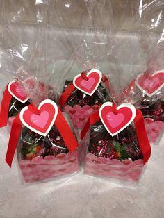 Canastas de caramelos para regalar en amor y amistad. #RegalosAmorYAmistad