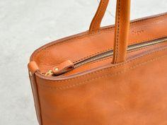 取っ手も本体と同じ素材を使い、柔らかくしなやかなトートバッグ。肩かけにも手持ちにも馴染んで、A4ファイルもすっぽり入る収納力も魅力です。【Organ/オルガン】