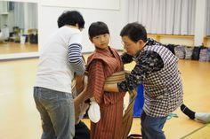 肥土山農村歌舞伎、衣装合わせ。演ずる人。その衣装を用意し着付ける人。化粧をする人、かつらを用意する人。さらに大道具や音響、鳴物(太鼓)、三味線と本当にたくさんの人が関わります。そして、なんとそれがすべて肥土山の人たち。これはほんとにすごいことです。本番は、2015年5月3日(日)残り26日です。