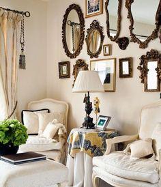 idée salon peinture ecru, déco murale de miroirs vintage, chaises blanc et beige retro, mobilier vintage