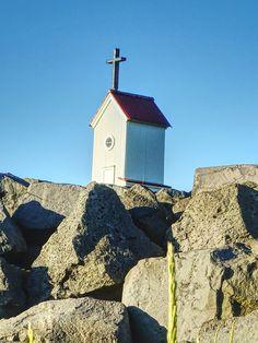 Petite chapelle le long de la digue à Stokkseyri. #chapelle #stokesseyri #visiticeland #islandetourisme
