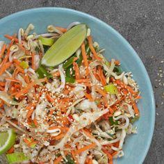 Den färska asiatiska wokmixen kan också serveras som sallad. Här är den smaksatt med lime, sesam och honung. A Food, Good Food, Food And Drink, Dairy Free Salads, Low Calorie Smoothies, Low Carb Recipes, Healthy Recipes, Proper Nutrition, Food Inspiration