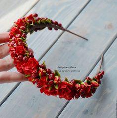 Купить или заказать Обруч 'Рябинушка' в интернет-магазине на Ярмарке Мастеров. Яркий роскошный аксессуар - красные розы и рябина, собранные на обруче. Послужит оригинальным, шикарным украшением на каждый день, для праздников, для фотоссесий, а также неповторимым подарком. В комплект можно приобрести кольцо и серьги www.livemaster.ru/item/edit/13653047?from=0 Ознакомиться с правилами моего магазина можно здесь www.livemaster.ru/viewpolicy.