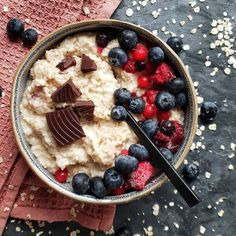 Dagens frokost, havregrøt med bær og mørk sjokolade 👌🏻 // Todays breakfast: oatmeal, berries and dark chocolate 😍#foodartblog #eeeeeats #buzzfeedfood #foodpic #f52grams #huffposttaste #goodeats #matbloggsentralen #matfrafolket #feedfeed #breakfast #buzzfeast #food52 #instafood #foodster #godtno #homemade #foodporn #gmn #gmnwenche #lovefood #nrkmat #thekitchen #matglede #berries #chocolate #cucumberandlime @thefeedfeed @godtno @thechefpit Acai Bowl, Oatmeal, Berries, Homemade, Chocolate, Dark, Breakfast, Recipes, Instagram