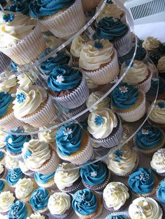 Blue and White Cupcakes decorated so nice!