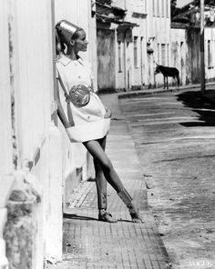 fashion {MAGAZINE} photography-Black and white beauty Veruschka models a white mini-dress with aluminum accessories in the Caribbean Vogue January 1968 © Franco Rubartelli 60s And 70s Fashion, Fashion Mag, Retro Fashion, Fashion Models, Vintage Fashion, Fashion Shoot, High Fashion, Charlotte Rampling, Twiggy