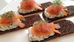 Lumpfish roe with smoked cheese on a piece of crisp rye bread - Food and garden ! Smoked Cheese, Creamy Cheese, Mini Burgers, Salmon Burgers, Tapas, Always Hungry, Party Snacks, Ravioli, Pretzels