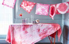 Presentación de mesa con mantel y servilletas teñidas con la técnica shibori de color rosa.