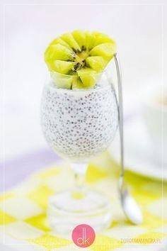 Pudding z chia - #przepis podstawowy na #pudding chia na mleku kokosowym lub innym mleku lub śmietance, z dodatkiem wanilii oraz soku z limonki i dekoracją z owoców. #deser #chia #przepisy #fit