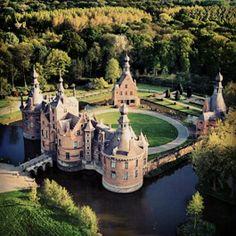 Château d'Ooidonk, Deinze, Belgique. Chargé de défendre Gand et la vallée de la Lys, le château date du XIIIe siècle. Détruit en 1381 puis reconstruit avec ajout de douves, il est détruit à deux reprises lors des guerres de religion. En 1595, Martin della Faille achète le site en ruine et édifie le château actuel, dans un style Renaissance Hispano-flamand. Il abritera des hôtes prestigieux comme Philippe de Montmorency. Il est depuis 1864, la propriété de la famille t'Kint de Roodenbeke.