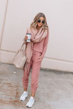 20 Ways to Style Sweatpants Outfits for a More Sleek Look Athleisure Outfits outfits Sleek Style Sweatpants Ways Spring Outfits, Trendy Outfits, Fashion Outfits, Cozy Outfits, Black Outfits, Woman Outfits, Sporty Chic Outfits, Night Outfits, Womens Fashion