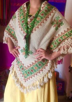 Quexquémitl lana, Tlatlauquitepec, puebla. Iquiti Textiles Mexicanos. Mexican Fashion, Mexican Outfit, Mexican Dresses, Poncho Outfit, Boho Outfits, Clothing Patterns, Boho Fashion, Nice Dresses, Tunic Tops