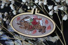 Cette miniature doté d'une course dans les sous-bois fait partie de mon seul d'une collection unique de bijoux brodés : c'est une pièce unique que