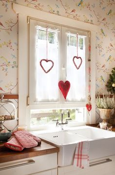 Love the cheerful wallpaper! (But if it were mine, there must be fabric somewhere over the window.)