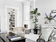I'm not usually one for a boho-look, with lots of patterns and frills, I tend to move more towards white walls and minimal… Design Apartment, Interior Decorating, Interior Design, Dark Interiors, Living Room Colors, White Tiles, Scandinavian Home, Mid Century Furniture, House Rooms