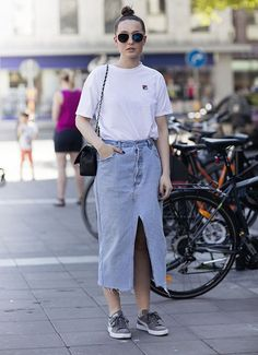 T-sirt branca, saia jeans, tênis esportivo.