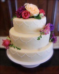 Hochzeitstorte mit echten Blumen Cake, Desserts, Wedding, Food, Real Flowers, Tailgate Desserts, Valentines Day Weddings, Deserts, Kuchen